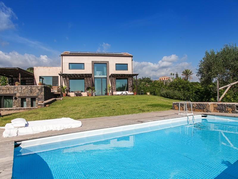 Swimming pool villa idda sicily