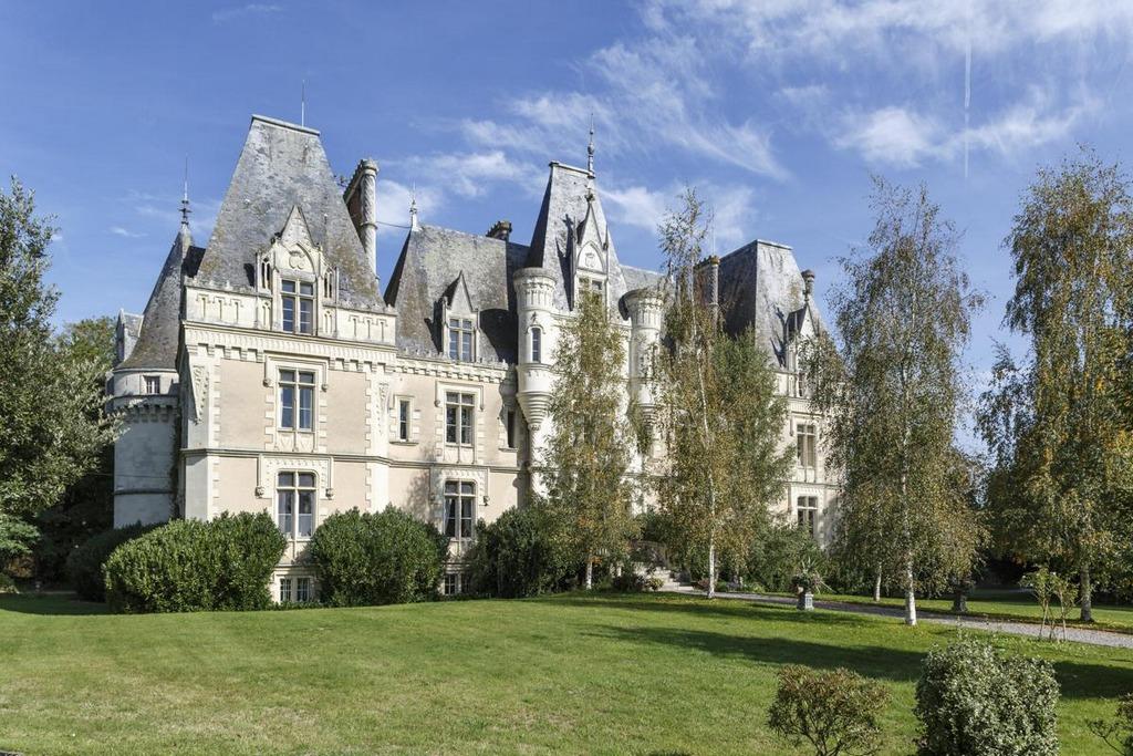 Châteaux Entrance
