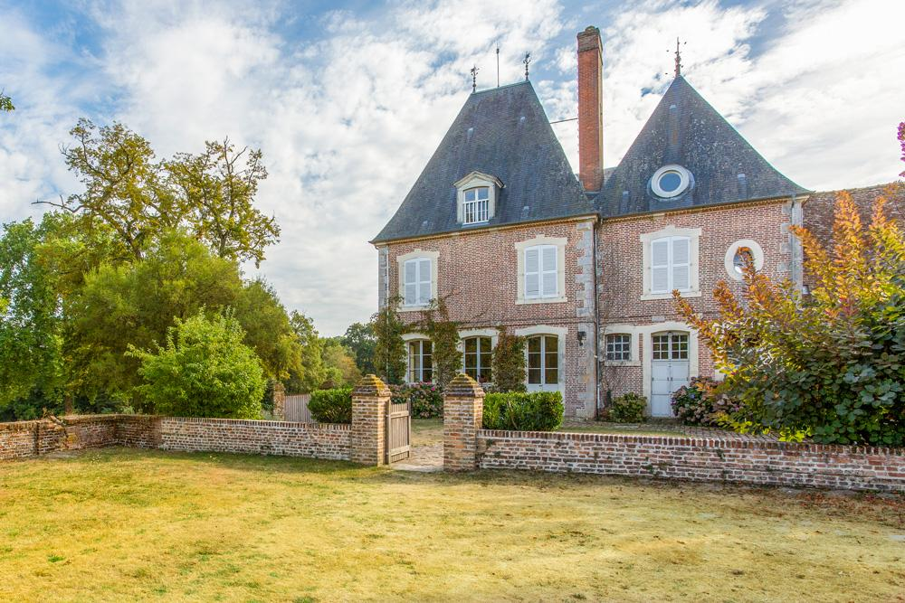 Entrance of Castle to rent in Loire valley with a pool