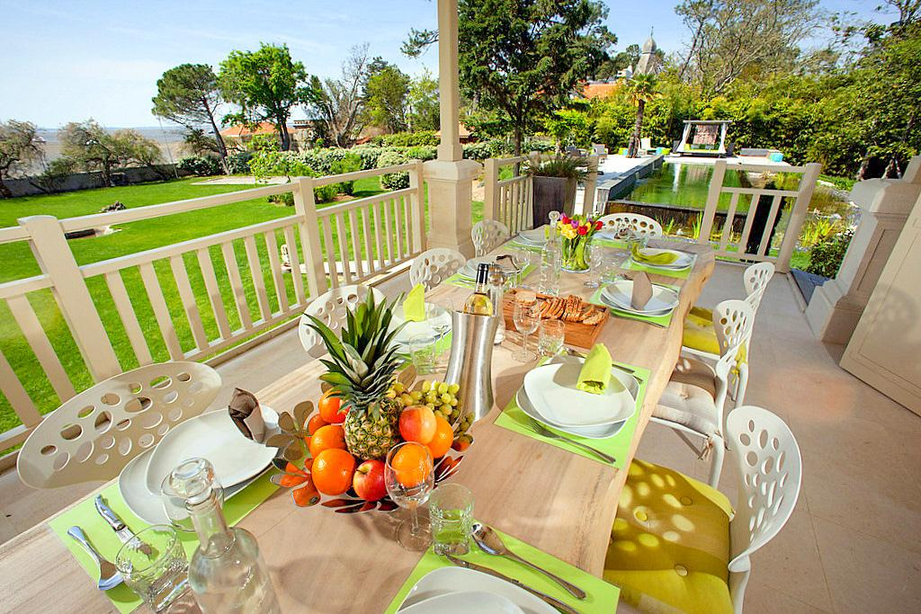 Gardens with Breakfast and fruits