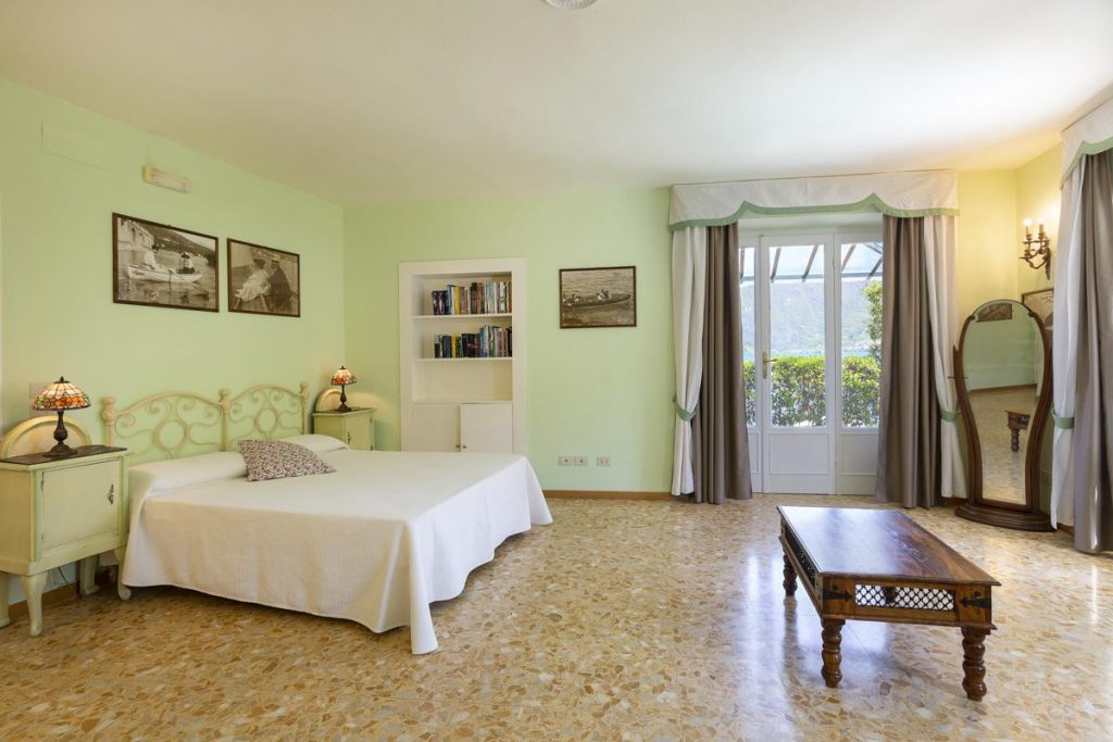 Ensuite double Aircondtioned bedrooms at the large lake villa in Como