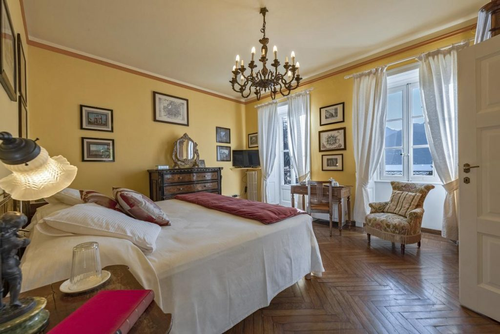 Double ensuite bedroom large luxury villa with a pool in lake Como