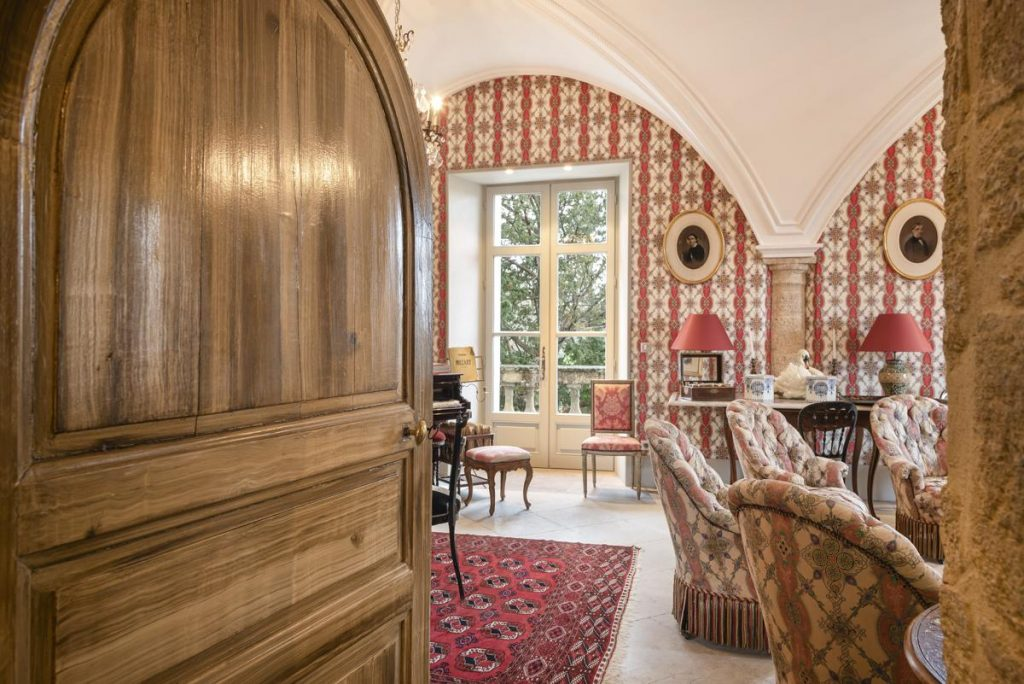 inside living Luxury chateau with a Pool in Languedoc