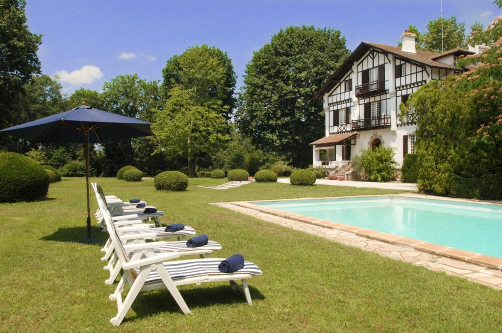 Gardens and Swimming area Large Aquitaine holiday rental with a Private pool