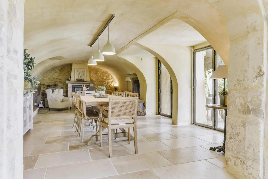 DIning room Villa with a Pool in Uzes, Languedoc