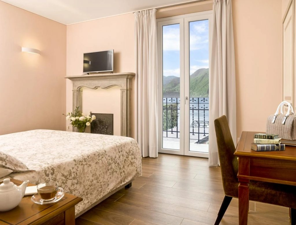 Ensuite double king-size bedroom Villa with a pool near Bellagio in Lake Como