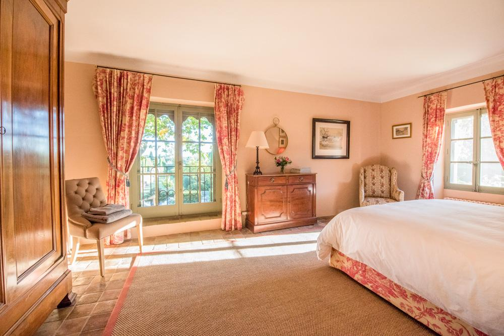 Large master suite en suite bedroom of the villa Avignon Provence