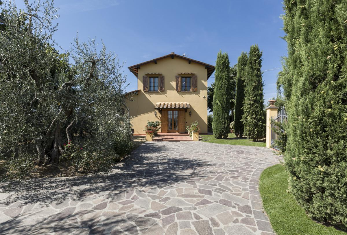 Entrance gate cheap holiday villa with a pool in Florence, Tuscany