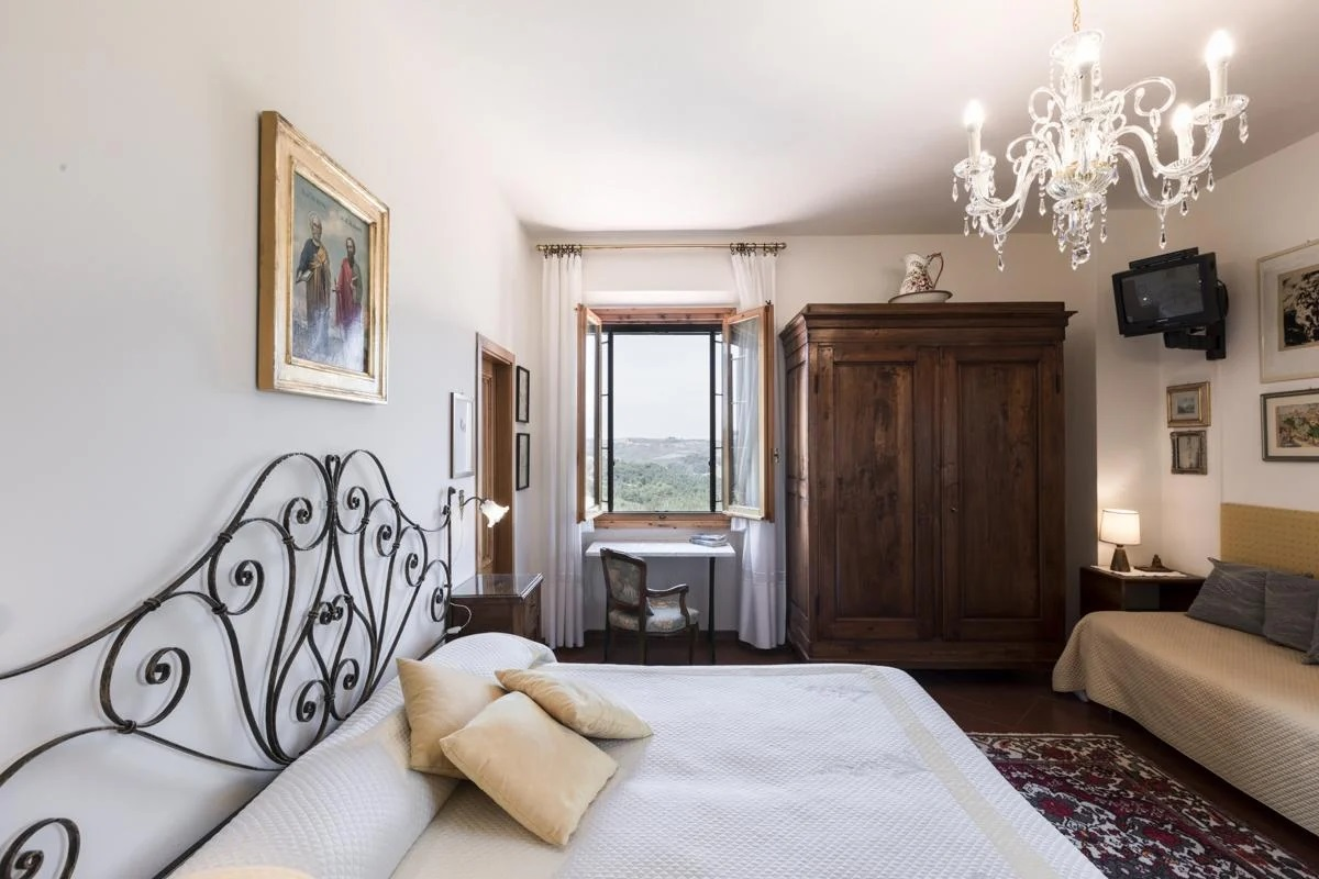 Double ensuite King-size bedroom cheap holiday villa with a pool in Florence, Tuscany