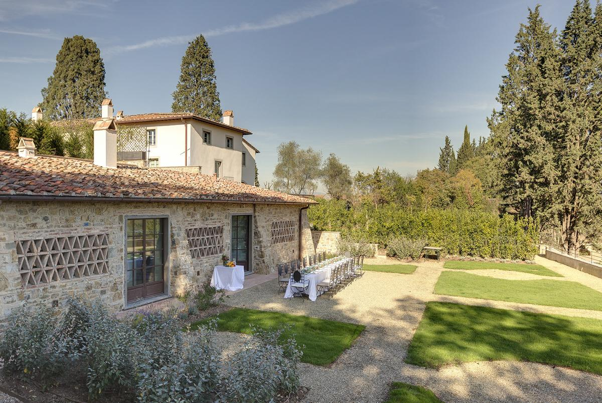 Courtyard outdoor dining large Mansion villa in Florence
