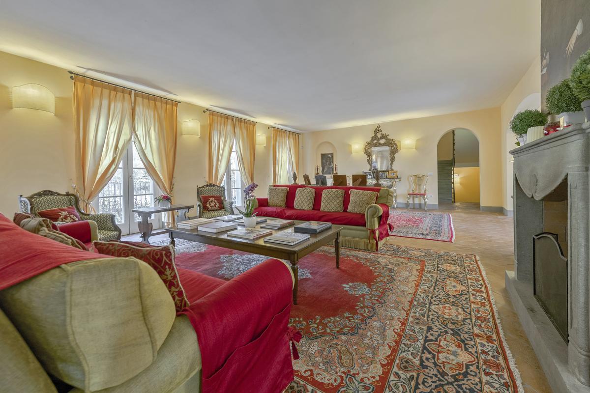 Villa interior sitting area sofa in Luxuy villa Lucca, Italy