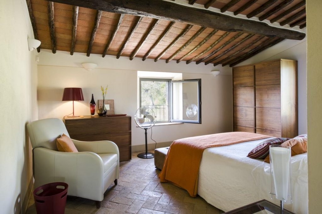 Double ensuite bedrooms villa in Chianti Tuscany with pool
