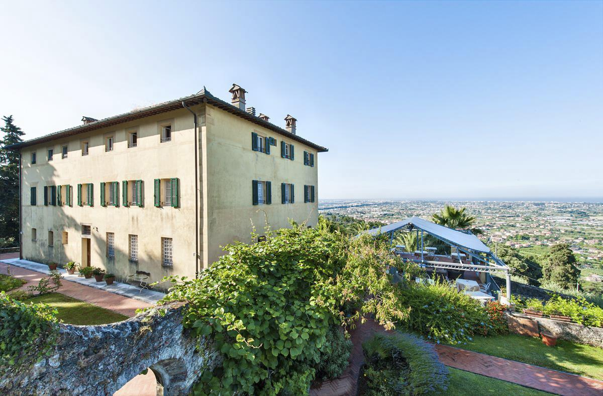 The Group villa in Tuscany with fabulous views to the coast