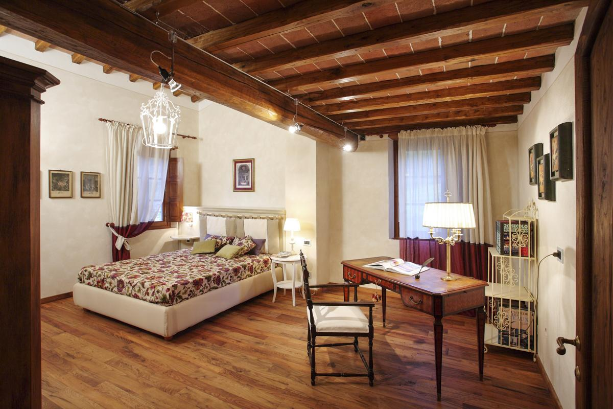 Double ensuite bedrooms luxury vacation rental in Florence, Italy