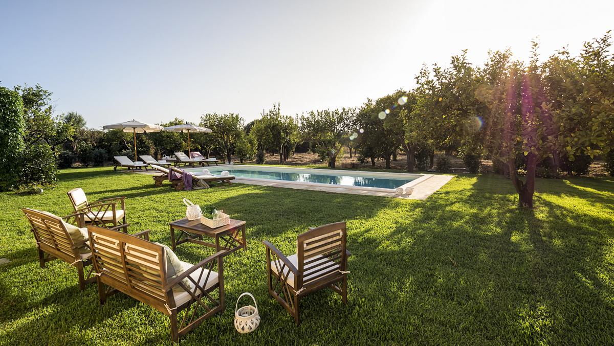 OUtdoor garden Sicily self-catering villa rental with a pool near Syracuse
