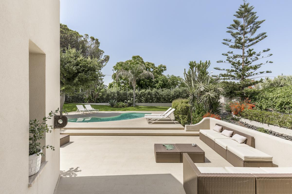 Pool outdoor Garden al fresco dining villa Sicily