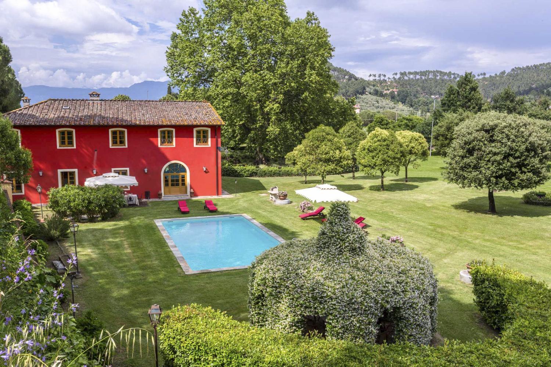 Garden pool Lucca luxury wedding villa in Italy