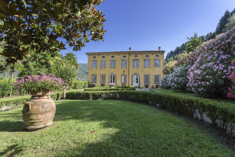 Entrance Gardens drive Lucca luxury wedding villa in Italy