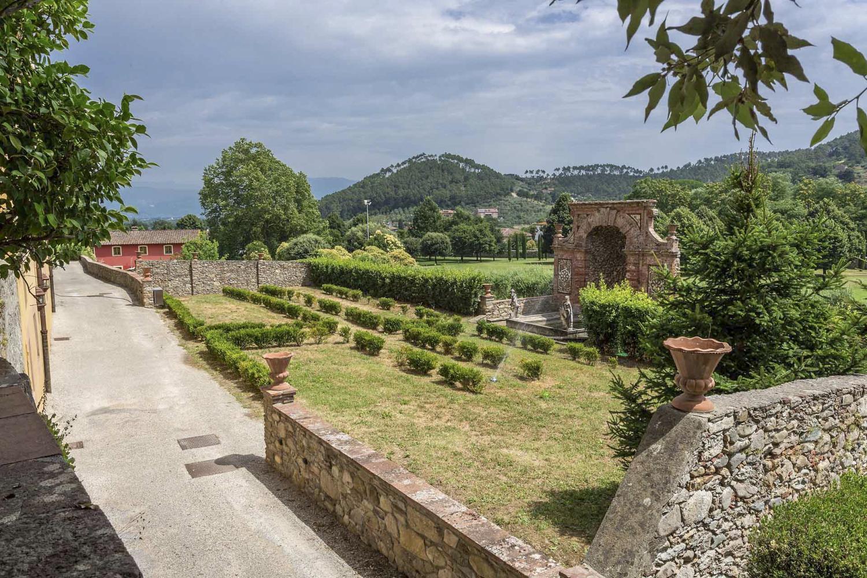 Garden ceromany Lucca luxury wedding villa in Italy