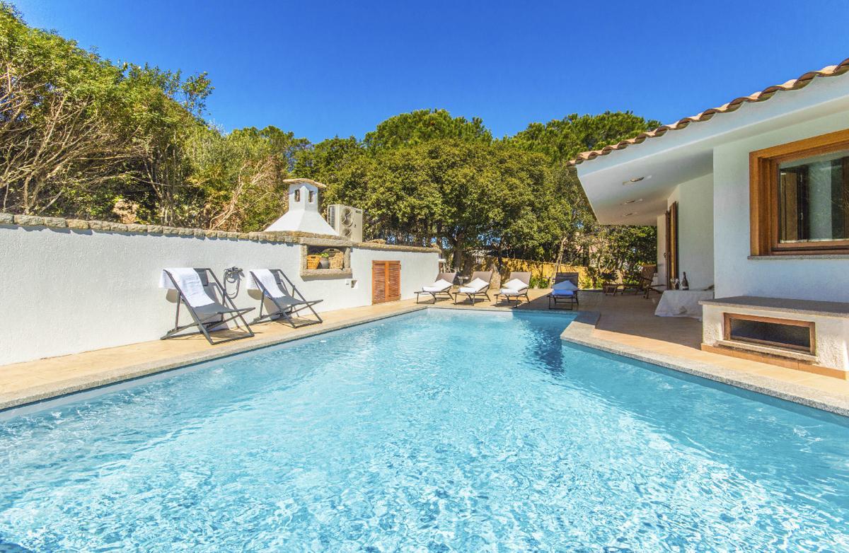 Pool Budget villa Sardinia near a beach