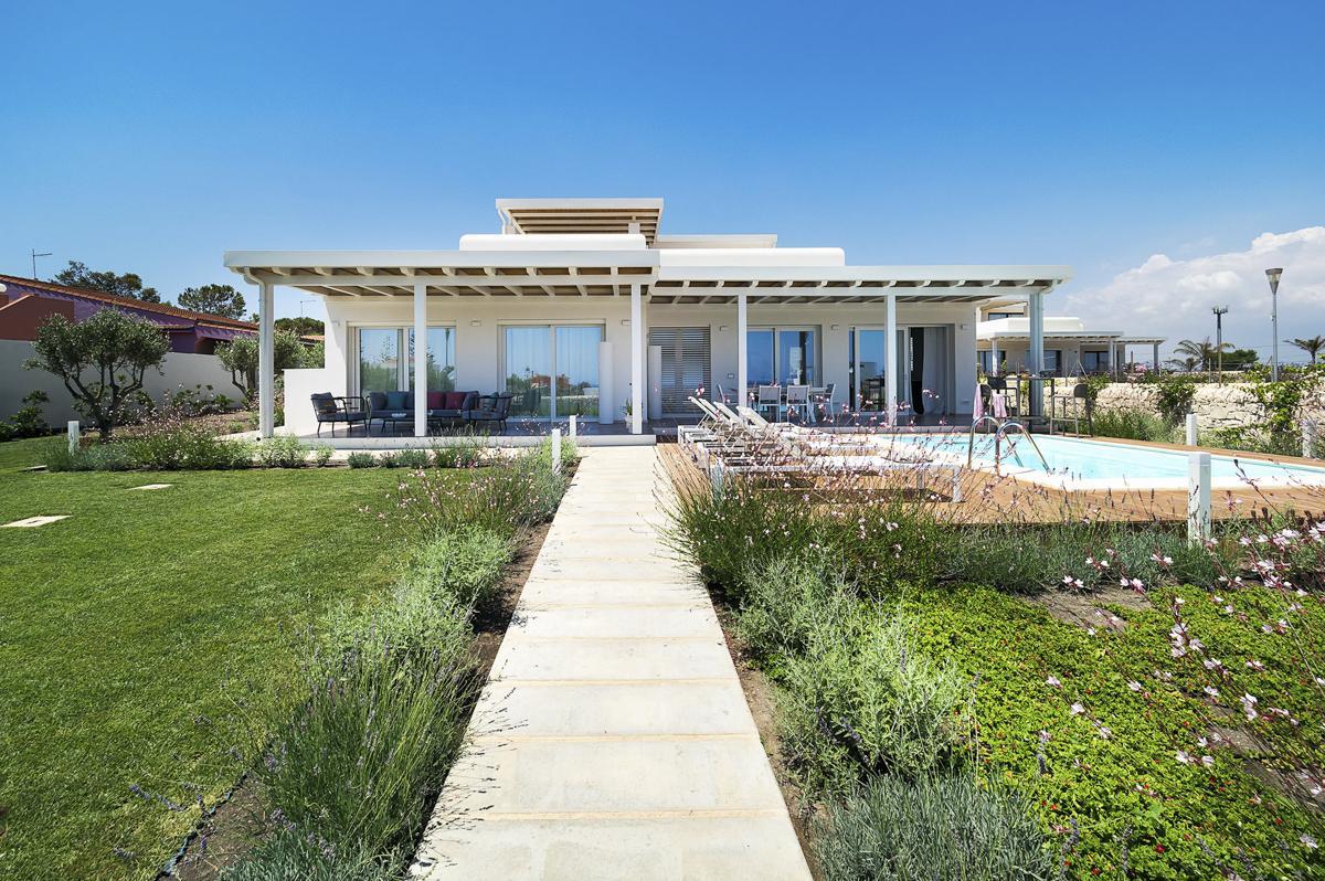 Entrance gate garden cheap beach house in sicily